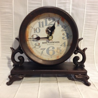 Horloge brune table antique